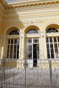 Os vereadores da Câmara de Curitiba devem atuar na fiscalização do Poder Executivo municipal.