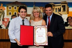 Legenda: Noemia Rocha (PMDB) foi homenageada por Jonny Stica e Paulo Rink (PPS). (Foto – Anderson Tozato/CMC)