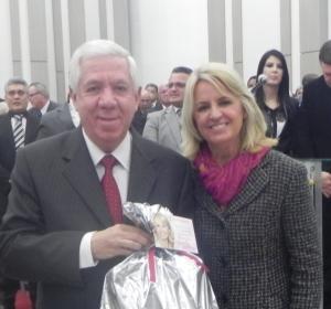 Noemia Rocha com o pastor Wagner Tadeu dos Santos Gaby