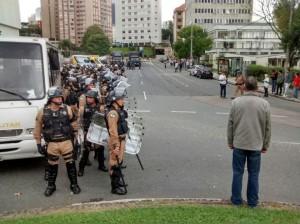 Cordão impede passagem massiva de manifestantes. Eles passam um de cada vez