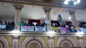 Manifestantes protestam no prédio da Câmara de Curitiba
